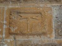 Emblema del Tau sulla torre campanaria