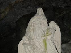 Statua di Maria Maddalena con gli angeli